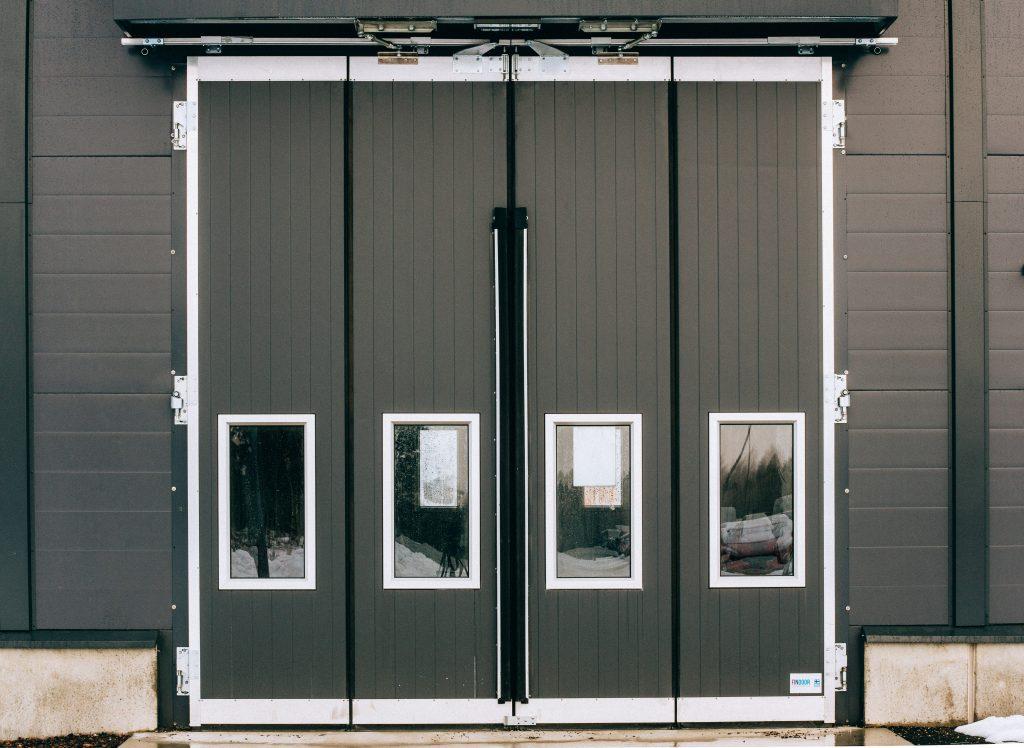 Tumman harmaa taitto-ovi
